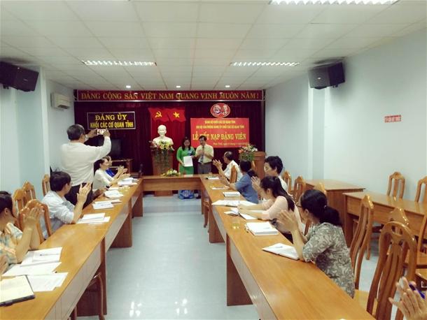 Hình Chi bộ cơ quan Đảng ủy khối các cơ quan tỉnh tổ chức lễ kết nạp đảng viên mới và trao quyết định công nhận đảng viên chính thức