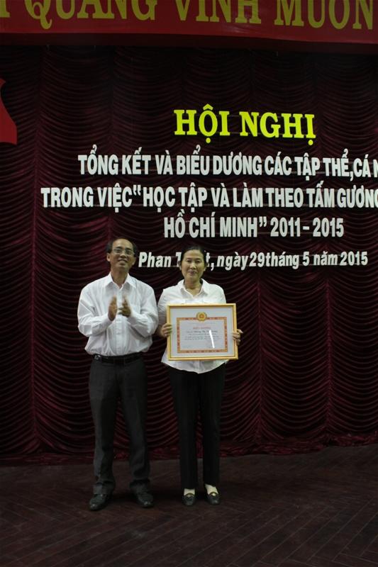 Đ/c Lê Đức Hùng - Phó Bí thư Thường trực Đảng ủy Khối biểu dương cho cá nhân có nghĩa cử cao đẹp